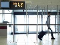 Žmonių srautų judėjimo nukreipimas oro uoste.