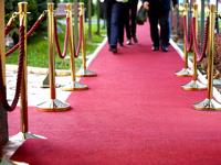 Raudonas kilimas ir takas su atitvarais.