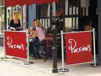 Kavinės užtvaros su reklamine medžiaga.