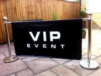 Atitvaras su plakatu VIP.