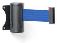 Mėlynas atitvėrimo diržas kasetėje, skirtas kabinti ant sienos.