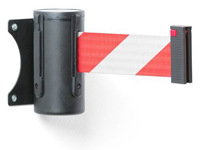 Gerai atkreipianti dėmesį atitverimo juosta (raudona-balta) kasetėje, kabinama ant sienų.