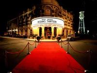 Raudonas kilimas su atitvėrimo stulpeliais kino teatrams.