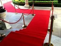 Atitvarai ir raudonas kilimas.