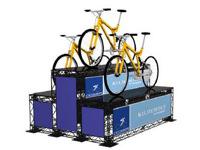 Podiumas - pakyla, ant kurios pastatyta reklaminė produkcija (dviračiai).