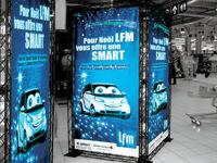 Mobilios konstrukcijos su reklaminiais plakatais.