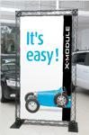 Paprasta reklaminė sienelė automobilių salone.