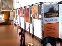 Meno galerijų stendai atitverti aukso spalvos atitvarais su raudonomis virvėmis.