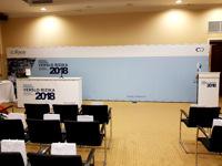 Konferencijos siena su tribūna.