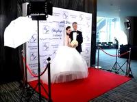 Profesionali vestuvinė foto sienelė su jaunavedžiais.
