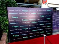Plokščia foto siena šalia įėjimo į renginį.