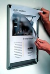 reklaminis rėmelis atsiveria, įdedame plakatą, uždedame apsauginį plastiką