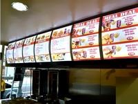 Greito maisto restorano šviečiantis meniu stendas su kainų informacija