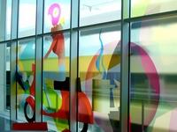 Vitrina su vitražu - langų stiklai apklijuoti skaidria grafine plėvele