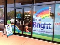 Perforuotas lipdukas ant durų ir vitrinos langų - puiki reklamai skirta priemonė