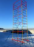 Kilnijamas montavimo bokštelis ant ratų.