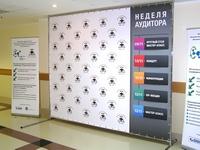 reklaminis stendas su baneriais