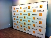 įmonės logotipai ant mobilios foto sienos