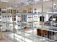 parduotuvės vitrina su grūdinto stiklo lentynomis