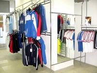 drabužių kabykla parduotuvėje